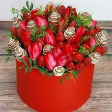 """Клубника в шляпной коробке с тюльпанами """"Весенний вальс"""""""